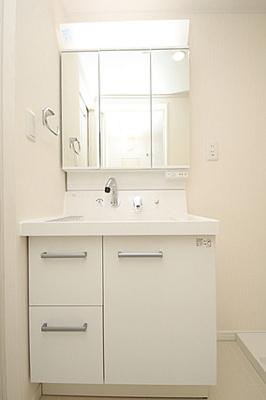三面鏡付き洗面台は朝のお支度に重宝