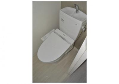 ウォシュレット付きの清潔感のあるトイレ