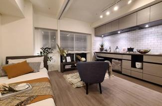 リビングに家具を設置したイメージです。3枚のスライドウォールも壁にピッタリ収納できるので、用途に応じて利用可能です。