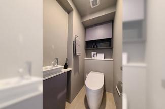 パープルグレーを基調としたシンプルで使いやすいトイレです