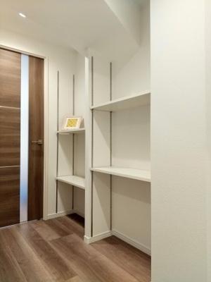 収納に便利な棚がございます。装飾小物を置いてインテリアを楽しんでもいいですね。