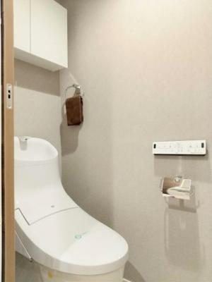リノベーションでトイレを新設いたしました。温水洗浄機能付きでございます。