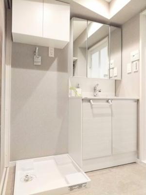 リノベーションで洗面化粧台・洗濯水栓・防水パンが新しくなっております。