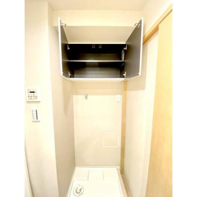 洗濯機置き場の上部は棚になっており、洗剤などもしまえます。