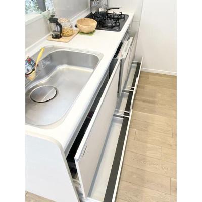 キッチン下部は引き出し式の収納で調理小物などもしまえます。