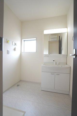 清潔感のある洗面脱衣所です。窓があるので換気ができます。