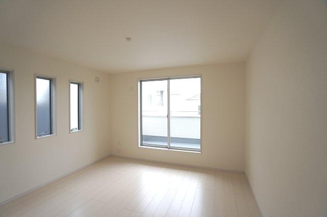 2階8帖 バルコニーがあり大きな掃出し窓で明るいお部屋です。