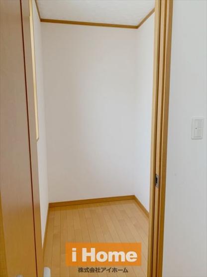 2階洋室 約6帖/収納 収納にも窓が付いているので、採光確保しています。