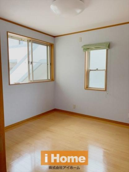 1階洋室 約6.1帖 2面採光&収納あります!