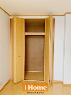1階洋室 約6.1帖/収納 2面採光&収納あります!