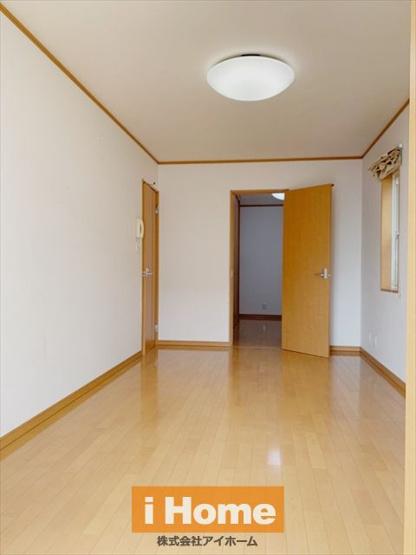 1階洋室 約8.25帖 2面採光のため陽当り&通風良好です!
