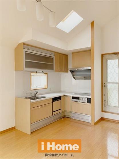 使い勝手の良いL字型キッチンです! 食洗機が付いているので家事の負担も軽減できます。