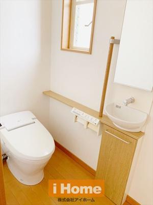 2階トイレ 手洗いカウンターが付いています!