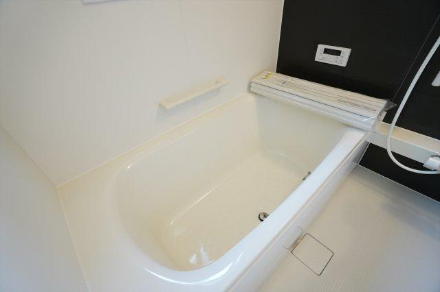 お風呂は足を伸ばせる一坪サイズです♪本日、建物内覧できます。お電話下さい!