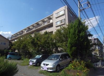 閑静な住宅街に佇む5階建のマンションです。南側は駐車場になっており開けています。