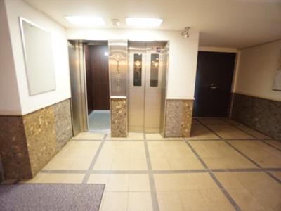 エレベーターホールです。エレベーターは2基あります。