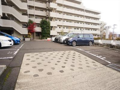 駐車場は各戸1台ずつございます(別途使用料あり)
