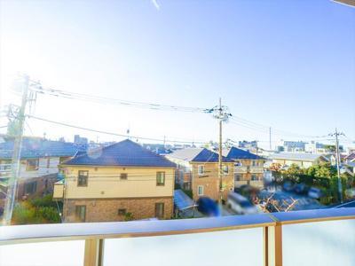 バルコニーからの眺望。前面には住宅街が広がり遮りものがありません。眺望、陽当たりともに良好です。