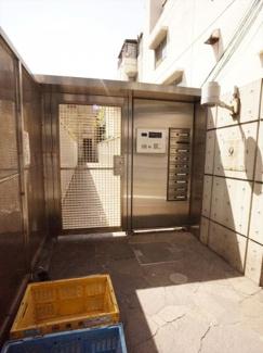 エントランス入り口部分です。少し奥まった所に建物があり、プライベートを守ります。