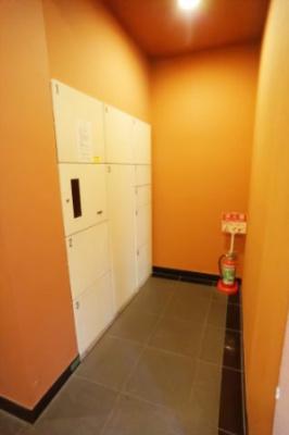 共用部には宅配ボックスが設置されており、お出かけ時にも受け取ることができ、便利です。