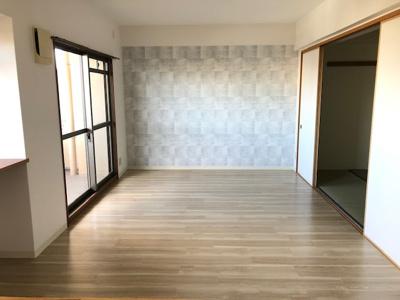 別角度からのリビング(15.8帖)です。 アクセントクロスが素敵なお部屋ですね♪和室とはフラットでつながるので、間仕切りを開けば開放感のある空間になりますね♪