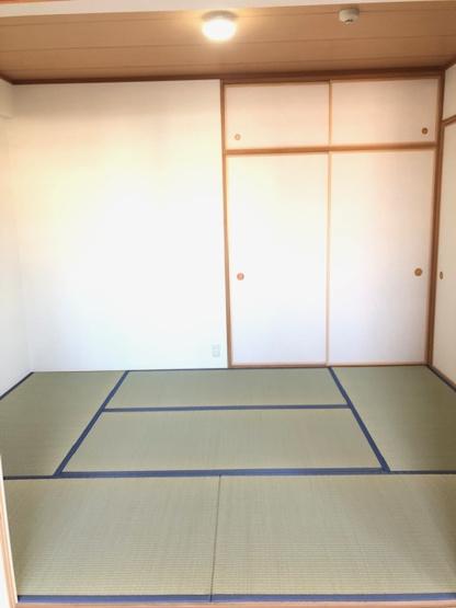 客間にもなり便利な和室がございます。 和室があると、ホッと和みますね♪畳・襖貼り替え済で大変キレイです!!布団等の収納に便利な押入あり!!