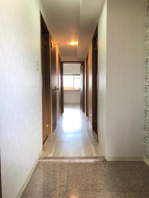 広々としたゆとりの玄関となっております。 お好みのシューズボックスを置く事ができますね♪ 玄関前は玄関ポーチがございます。