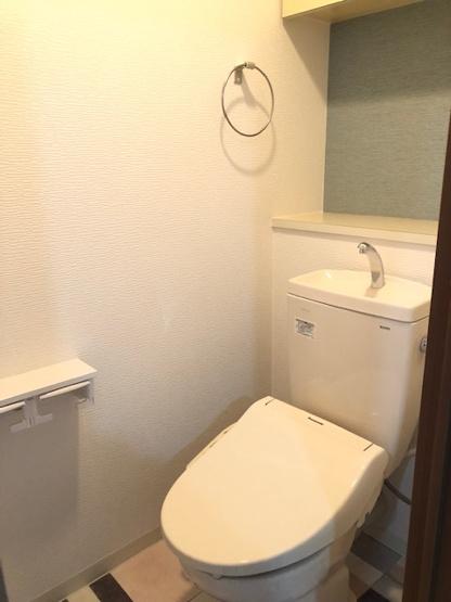 新調したてのトイレには温水洗浄便座完備です。 棚も付いていますので、消臭剤や植物等を飾る事も出来ますね♪
