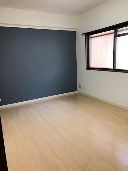 洋室(6.5帖)です。 アクセントクロスが素敵なお部屋ですね♪全室クロス張り替えてます。各部屋に収納があるのは嬉しいですね♪