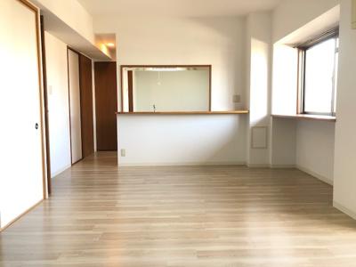リビングにはキッチンと窓際にカウンターがあり、 植物等を置くのにもピッタリですね♪陽当たりも良く温かみのあるリビングです♪