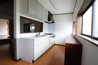 比較的新しく食洗器や収納棚付き
