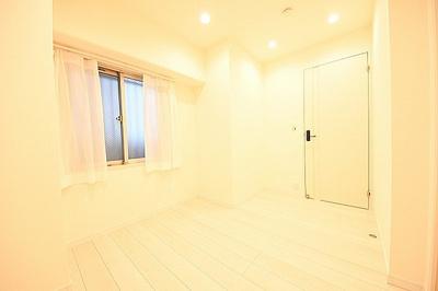 約4.1帖サービスルームです。窓・収納があり、居室としてもお使い頂けます。