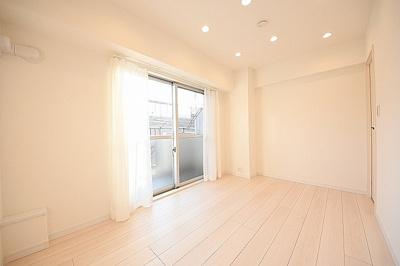 約6帖の洋室です。南向きの明るいお部屋。