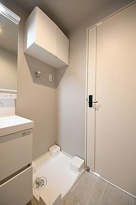 上部に吊戸棚を設置しております。