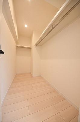 約6帖洋室のウォークインクローゼットは衣類をしっかり保管できます。
