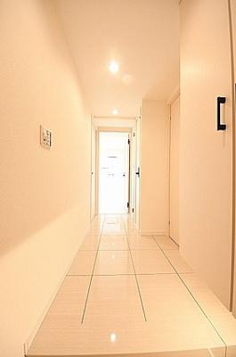 廊下部分。あたたかみのある照明で落ち着いた雰囲気。