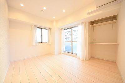 約5.5帖洋室。こちらも二面採光で明るいお部屋です。