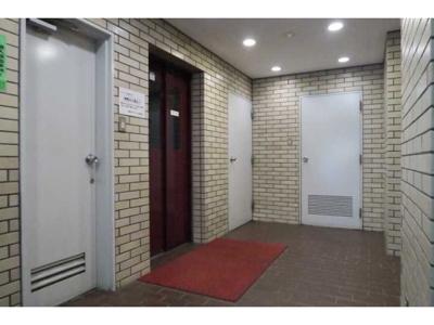 敷地内には上階への移動も楽々エレベーターもございます。