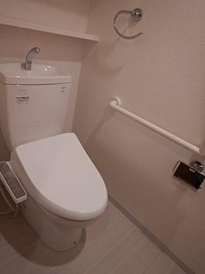 便利な手すり付きの清潔なウォシュレットトイレ