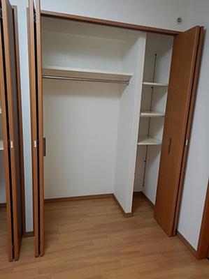 寝室2か所のクローゼットには収納方法に工夫があります。