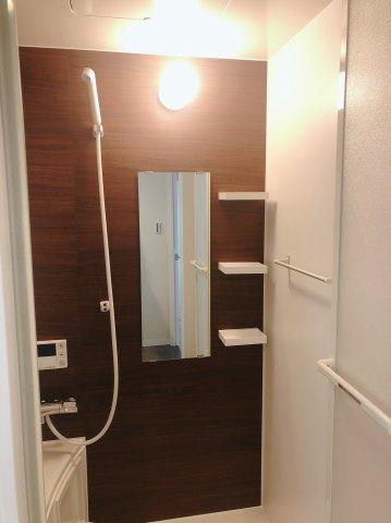 木目調のパネルが素敵な浴室です♪ シャンプー棚も付いていて便利ですね♪