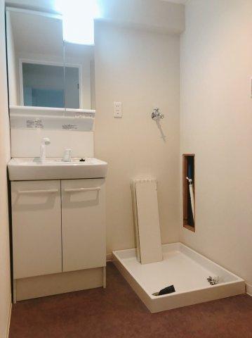 洗面スペースにはシャワー付洗面化粧台がございます。鏡は収納にもなっていて便利ですよ♪