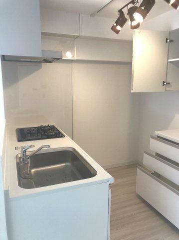 キッチンスペースにはカップボードを新設しています。 白を基調とした清潔感のあるキッチンです。調理効率のよい3口コンロ仕様でお料理を作るのがはかどりますね♪