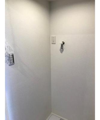 洗濯機置き場は廊下に配置されております。