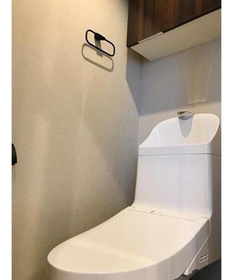 リノベーション時に交換済みのトイレ。収納棚も付いております。