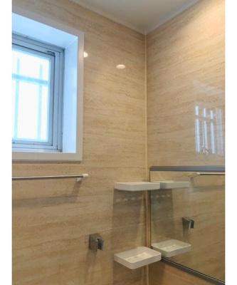 ゆったりした浴室。窓も付いており換気も良好です。
