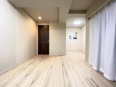 洋室は広々約11帖、大型家具も余裕を持って設置できます。