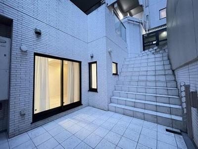 吹抜のあるテラスは戸建のような開放感のあるスペースです。