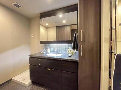 洗面台はホテルライクなデザイン、収納もたっぷりです。