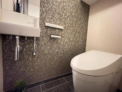 手洗いカウンター付のトイレは高級感がありますね。